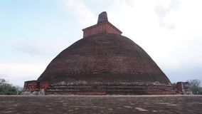 Anuradhapura, Sri Lanka, o 17 de abril de 2018 - dagoba Jetavanaramaya do stupa de Budhist, Anuradhapura, Sri Lanka vídeos de arquivo
