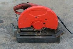 Använd bärbar fibersnitt-avmaskin i röda och svarta färger på c Arkivfoton