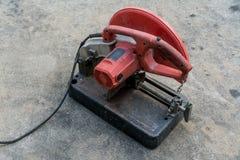 Använd bärbar fibersnitt-avmaskin i röda och svarta färger på c Arkivfoto