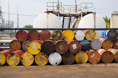 Använd bränsleolja eller kemikalie 200 liter behållare i kraftverk Fotografering för Bildbyråer