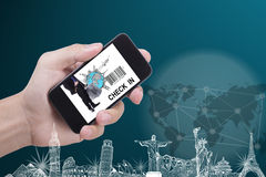 Använd den smarta telefonen kontrollerar in Arkivfoto