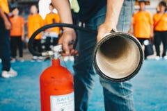Använd en brandsläckare för att avfyra på gasbehållaren Matlagning brandman Arkivbilder