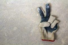 Använd gammal smutsig sönderriven worker& x27; s-handskar som en metafor, ett begrepp eller ett sy royaltyfri fotografi