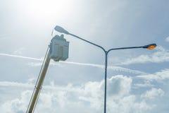 Använd kranen för att lyfta de ljusa kulorna för att reparera den ljusa polen Royaltyfria Foton