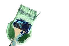 Använd målarfärgborste på hinken på vit bakgrund som målar Abst Royaltyfri Fotografi