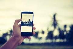 Använd mobiltelefonen Arkivbild