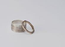 Använd och patinated silver och vita guld- cirklar Arkivfoto