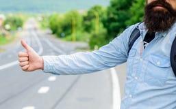 Använd vanligt tummen informerar upp till att lifta för chaufförer Men i gestoffensiv så dig för några kulturer riskera för att d royaltyfri bild