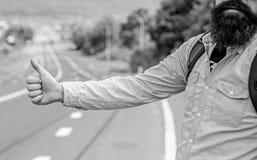 Använd vanligt tummen informerar upp till att lifta för chaufförer Men i gestoffensiv så dig för några kulturer riskera för att d royaltyfri fotografi