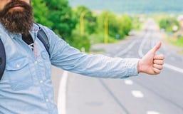 Använd vanligt tummen informerar upp till att lifta för chaufförer Men i gestoffensiv så dig för några kulturer riskera för att d arkivfoto