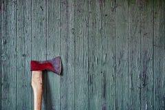 Använd yxa på den red ut ladugårdväggen Royaltyfri Fotografi