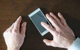 Använda av en smartphone Royaltyfri Fotografi