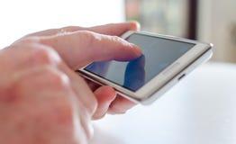 Använda av en smartphone Arkivbild