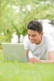 Använda bärbar dator Fotografering för Bildbyråer
