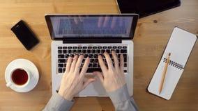 Använda bärbara datorn på skrivbordet arkivfilmer