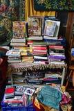 Använda böcker, CD-SKIVA och mattor i loppmarknad Royaltyfria Bilder