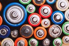 Använda batterier och ackumulatorer Ekologiang som återanvänder begrepp royaltyfri foto