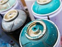 Använda cans av sprutmålningsfärg som gör stads- konst royaltyfri foto