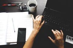 Använda datoren på ett kontorsskrivbord Royaltyfri Fotografi
