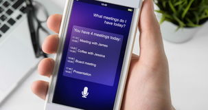 Använda den intelligenta personliga assistenten på smartphonen stock video