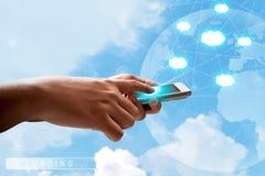 Använda den mobila telefonen Fotografering för Bildbyråer