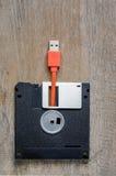 Använda diskettdisketter med USB kabelproppen Arkivbild