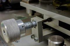 Använda en mikrometer med maskinen, eller hög upplösningsarbete och aktivering på maskinen för elektronisk bransch Arkivfoto