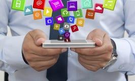 Använda en mobiltelefon med applikationer Arkivfoto