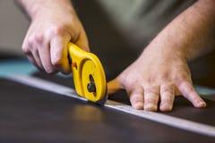 Använda en roterande läderskärare arkivfoto