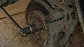 Använda en skiftnyckel för att demontera disketten för hjulbroms arkivfilmer