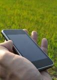 Använda en smartphone Arkivbild