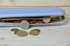 Använda euromynt som ut faller från plånboken Arkivfoto