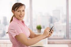 använda för affärskvinnasmartphone Arkivfoto