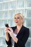 använda för affärskvinnasmartphone Arkivbilder
