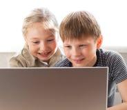 använda för anteckningsbok för pojkeflicka lyckligt arkivbild