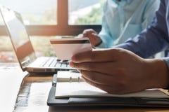 använda för bärbar dator för holding för affärsmankortkreditering arkivbilder