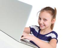 använda för flickabärbar dator Royaltyfri Bild