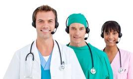 använda för lag för lyckliga hörlurar med mikrofon medicinskt royaltyfria foton
