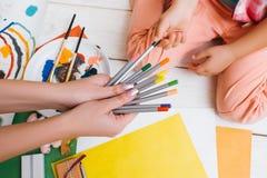 använda för litet barn för bärbar dator för utbildning för barndomdator tidigt arbete tillsammans Royaltyfri Foto