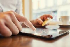 använda för manPCtablet Kreditkort som direktanslutet shoppar Fönster Arkivfoto