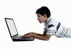 använda för pojkebärbar dator Royaltyfri Fotografi