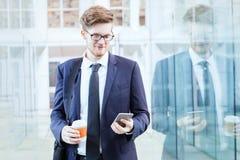 använda för smartphone för affärsman royaltyfri fotografi