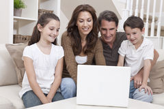 använda för sofa för bärbar dator för datorfamilj lyckligt home Royaltyfri Fotografi