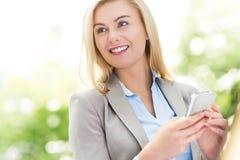 använda för telefon för affärskvinna mobilt arkivfoto