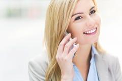 använda för telefon för affärskvinna mobilt royaltyfri bild