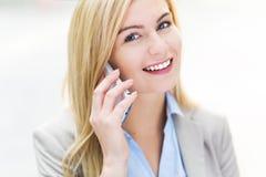 använda för telefon för affärskvinna mobilt royaltyfria foton