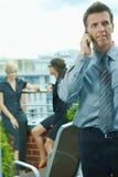 använda för telefon för affärsman mobilt royaltyfri fotografi
