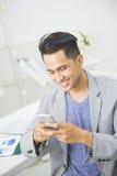 använda för telefon för asiatisk man mobilt Arkivbilder