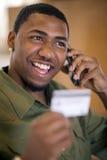 använda för telefon för man för kortcellkreditering royaltyfri bild