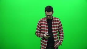 Använda grön skärmbakgrund för mobiltelefon stock video
